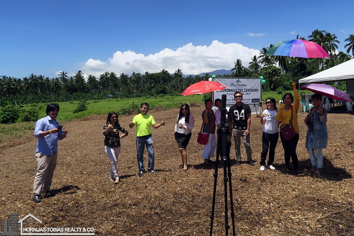 Hornijas-Tobias Realty & Co. co-founder Mark Sherwin Tobias using his Ricoh Theta camera to get a 360-degree photo of The Gardens at South Ridge.